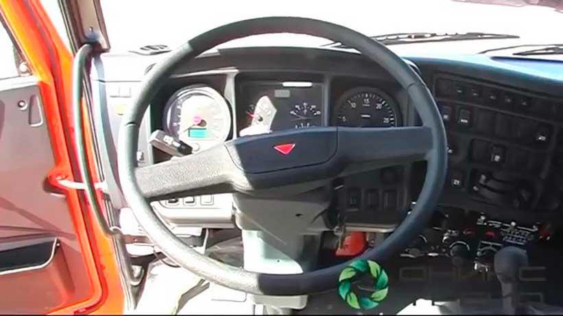 Органы управления и панель приборов на Камазе с двигателем Камминз