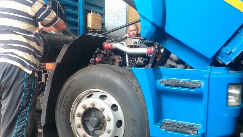 Специалисты проводят диагностику Камаз с двигателем Камминз