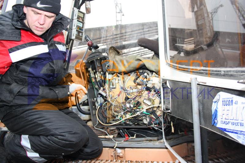 Автоэлектрик производит проверку электропроводки гусеничного экскаватора Liebherr-832